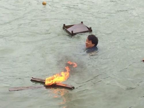 Thành Long nhảy xuống nước đóng phim giữa trời rét