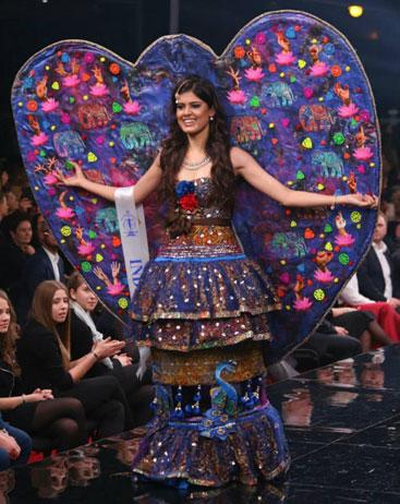 Người đẹp trình diễn trang phục dân tộc tại cuộc thi Hoa hậu Siêu quốc gia.