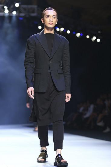 Được mệnh danh là nhà thiết kế trang phục nam số một tại Hàn Quốc, nhà thiết kế Zio Song (thương hiệu SongZio) đã mang BST dành cho nam giới mới nhất của mình đến giới thiệu trong đêm cuối của sự kiện tuần lễ thời trang Việt Nam
