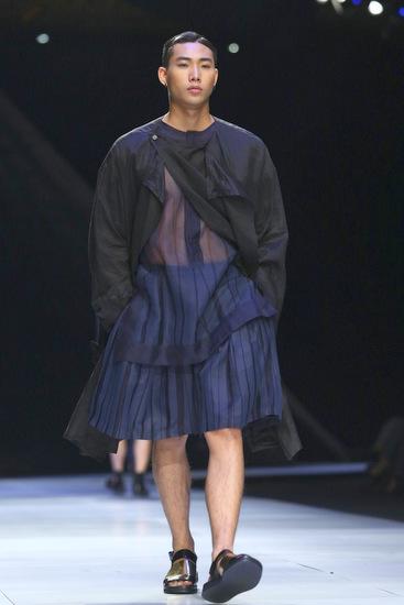 Tinh thần phi giới tính  unisex toát lên khá rõ ràng và thể hiện dụng ý của NTK khi xoá nhoà lằn ranh trang phục giữa hai giới và tiệm cận một vẻ đẹp đồng nhất.
