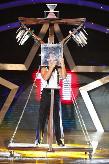 Ảo thuật gia Paul Cosentino thực hiện các màn biểu diễn trên sân khấu.