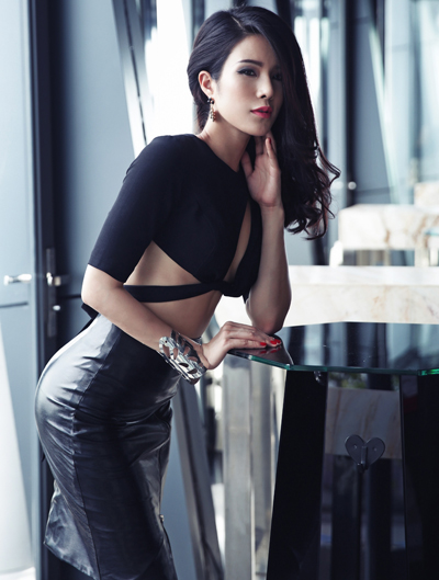 Diệp Lâm Anh khoe dáng với váy cut-out