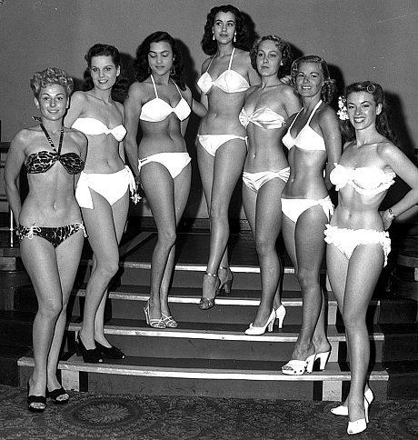 Các thí sinh vào chung kết cuộc thi Miss World đầu tiên, năm 1951, tạo dáng với bikini tại Empire Rooms ở Tottenham Court Road, London, Anh.