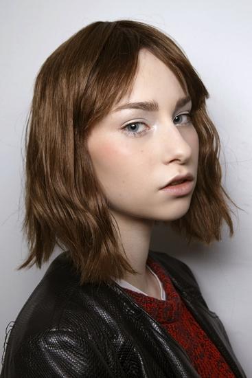 Trước khi tóc lob ra đời, mái tóc bob cắt cùn vẫn là một trong những xu hướng thu hút sao nhất trong năm. Chất phóng khoáng và hoang dã, cộng thêm ưu điểm không tốn nhiều công chăm sóc là những lí do khiến nhiều sao Hollywood lựa chọn trải nghiệm kiểu tóc này.