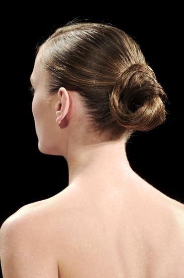 Kiểu búi tóc cổ điển của các vũ công ballet được nâng lên một tầm mới trong năm qua. Ngoài cách búi tóc mới, còn có thêm những bím tóc nhỏ, xoắn tóc hay những chùm hoa cài xen vào. Nó mang đến vẻ tinh nghịch, tươi trẻ cho một kiểu tóc vốn sang trọng.