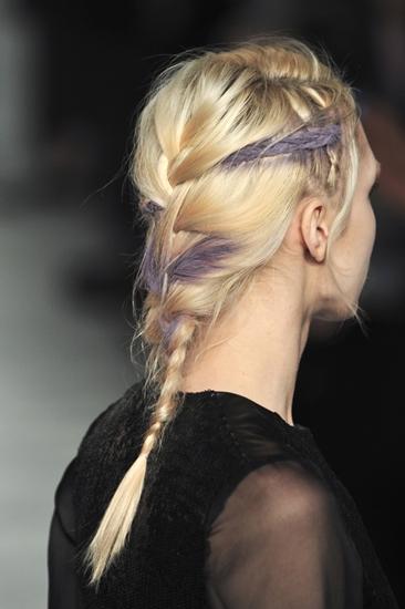Những lọn tóc được nhuộm hoặc vẽ phấn với gam màu pastel hồng, tím, xanh tuy dễ gây sốc nhưng lại là xu hướng nổi bật trong năm. Nó đem lại cho sàn diễn vẻ đẹp nổi loạn những cũng không kém phần nữ tính.
