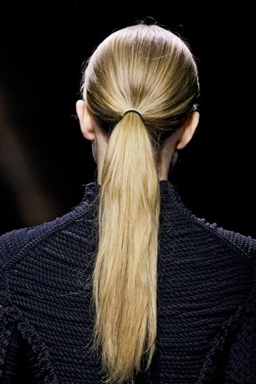 Đơn giản, thanh lịch và tiện lợi, dễ hiểu vì sao tóc đuôi ngựa buộc thấp vẫn có một chỗ đứng vững chắc trên sàn diễn qua các năm. Năm nay, các xu hướng đuôi ngựa phá cách không còn được thịnh hành. Thay vào đó là cách buộc gọn gàng kiểu chân phương, truyền thống.