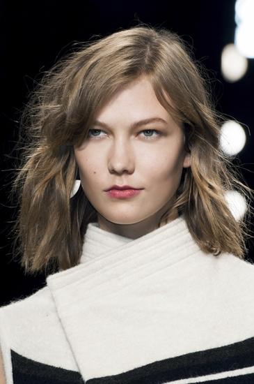 Thiên thần Victorias Secret Karlie Kloss là một ví dụ cho trào lưu tóc lob cực kỳ thịnh hành trên sàn catwak và trong giới sao Hollywood trong năm qua. Ưu điểm của tóc lob phù hợp với mọi tính chất tóc, dễ dàng tạo kiểu và ít tốn công chăm sóc. Đây được dự báo sẽ là xu hướng còn nổi bật trong thời gian dài sắp tới.