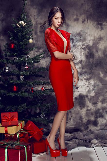 Linh Chi đón Giáng sinh với trang phục gợi cảm