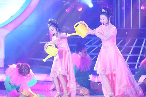 Diễn viên Ngân Quỳnh và bé Bảo Nghi mặc váy hồng điệu đà, đội vương miện hóa thân ca sĩ Minh Tuyết biểu diễn ca khúc 'Hát với chú ve con'. Cặp thí sinh này cũng biểu diễn với tư cách khách mời, không tham gia tranh giải.