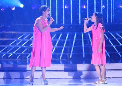 Ca sĩ Mỹ Linh diện váy hồng trẻ trung, gây bất ngờ khi song ca cùng con gái Mỹ Anh ca khúc mừng Giáng sinh 'O Holy night'.