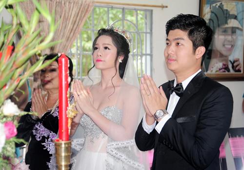 Nhật Kim Anh và chồng thực hiện nghi lễ ra mắt tổ tiên, chính thức nên duyên vợ chồng tại nhà gái ở Vũng Tàu.