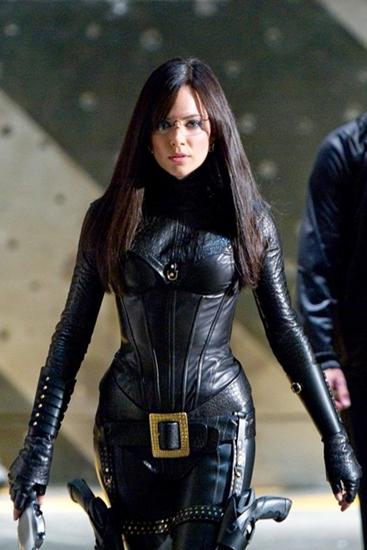 Không cần phải ăn diện hở hang, vai nữ bá tước của Sienna Miller trong G.I. Joe: The Rise of Cobra quyến rũ nhờ bộ suit da bóng ôm kín từ đầu đến chân và cặp kính toát lên vẻ thông minh.