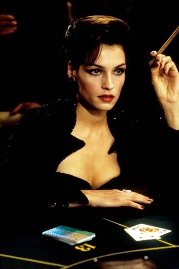 Xenia Onatopp, một nữ phản diện trong series James Bond, nổi tiếng với vẻ ngoài vô cùng sang trọng và kiêu kỳ. Đó là vỏ bọc để cô có thể tiêu diệt kẻ thù dễ dàng, bằng cách nghiền nát họ giữa cặp đùi của mình.