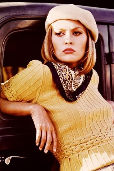 Faye Dunaway một lần nữa chứng tỏ gu thời trang cao cấp của mình dù cho vào vai một kẻ giết người và cướp ngân hàng trong phim Bonnie and Clyde: mũ beret, áo dệt kim họa tiết tinh tế và khăn choàng in hoa văn cầu kỳ.