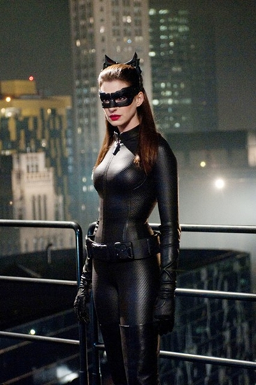 Catwoman, nhân vật nữ nổi tiếng của series Batman, được Anne Hathaway tái hiện qua bộ jumpsuit da mờ đầy khiêu khích và mặt nạ mèo bí ẩn.