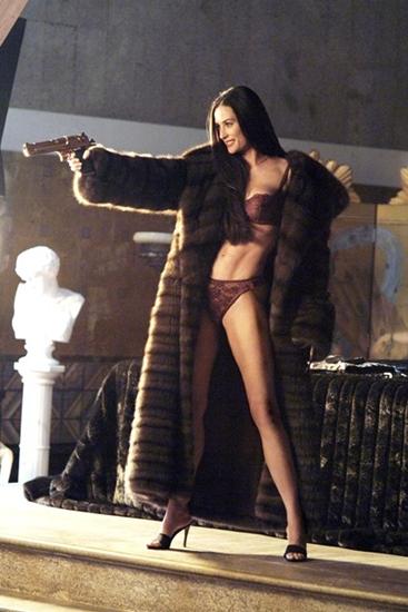 Phong cách của Demi Moore trong vai Mandison Lee thật sự rất giống một Thiên thần của Charlie sa ngã. Vẻ ngoài của cô đầy quyến rũ khi diện nội y ren lưới, áo choàng lông thú khoác hờ hững bên ngoài và quan trọng không thể thiếu khẩu súng mạ vàng.