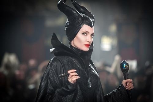 Tiên Hắc ám Maleficent là vai diễn đánh dấu sự trở lại ngoạn mục của Angelina Jolie. Tạo hình đen tối và đáng sợ của cô có thể khắc sâu vào tâm trí của nhiều đứa trẻ. Tuy nhiên, không thể phủ nhận rằng chất thần thoại của bộ phim được hoàn thiện phần lớn nhờ vào thiết kế trang phục rất giống với nguyên bản.