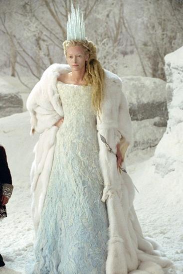 Tilda Swinton thể hiện rất thành công hình ảnh mụ Phù thủy Trắng Jadis có trái tim băng giá trong thế giới Narnia. Vẻ ngoài sang trọng và đậm chất băng giá của nhân vật với áo choàng lông thú, váy ombre trắng-xanh và vương miện băng được đánh giá cao về mặt tạo hình.
