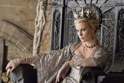 Nữ hoàng Ravenna, mẹ kế của Bạch Tuyết, do Chalize Theron thủ vai thậm chí còn thể hiện một hình ảnh cao quý và độc ác gấp bội phần so với truyện. Những bộ váy mang phong cách thời kỳ Trung Cổ u ám, làm từ kim loại và lông quạ dị thường, kèm theo trang sức và vương miện được thiết kế sắc nhọn, tạo nên một tổng thể quyền lực và đáng sợ cho một vị nữ hoàng-phù thủy độc ác.