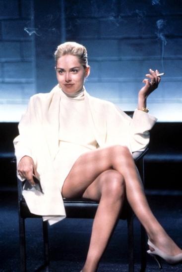 Hình ảnh bất hủ của Sharon Stone trong Bản năng gốc: váy ngắn khoe dáng, áo khoác dài tay và giày cao gót đều màu trắng đem đến vẻ đẹp thuần khiết, đầy quyến rũ nhưng ẩn giấu trong đó là sự nguy hiểm chết người.