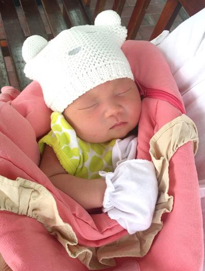 Em bé trông khá khấu khỉnh và có nhiều nét giống mẹ.