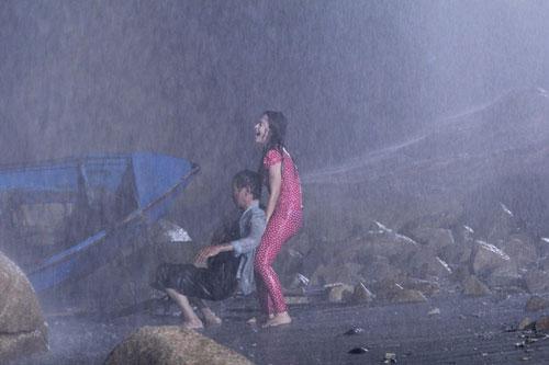 Tú Vi dầm mình dưới mưa cho cảnh phim