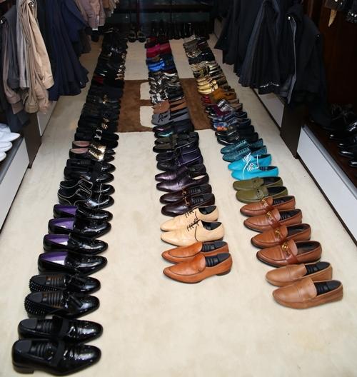 Bộ sưu tập giày của anh rất đa dạng giày buộc dây tới giày boot, giày đinh tán cá tính đầy phong cách