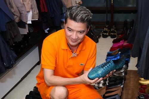 Anh cưng giày đến độ tự tay lau chùi chúng mỗi ngày và nhớ chính xác vị trí của từng đôi giày. Và nói là siêu thị cũng không ngoa bởi vô số đôi trong số này được anh mua chỉ với mục đích trưng bày vì có những đôi anh chưa đụng tơí.