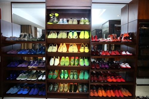 [Caption] Anh còn dành hẳn một không gian đồ sộ chỉ để trưng bày những đôi giày yêu thích của mình, từ giày buộc dây tới giày boot, giày đinh tán cá tính đầy phong cách. Anh cưng giày đến độ tự tay lau chùi chúng mỗi ngày và nhớ chính xác vị trí của từng đôi giày. Và nói là siêu thị cũng không ngoa bởi vô số đôi trong số này được anh mua chỉ với mục đích trưng bày vì có những đôi anh chưa đụng tơí.