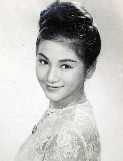 Trịnh Bội Bội sinh ra ở Thượng Hải. Năm