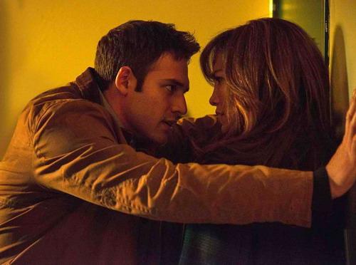 Ryan Guzman và Jennifer Lopez trong một cảnh phim.