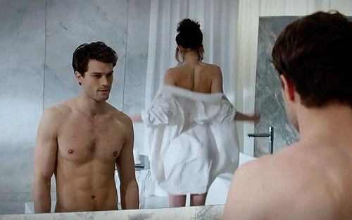 """Một cảnh nóng của Jamie Dornan và Dokota Johnson được tiết lộ trong trailer của """"50 Sắc thái""""."""