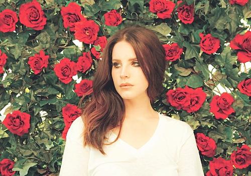 Lana Del Rey nổi tiếng với phong cách âm nhạc lãng mạn, ma mị.