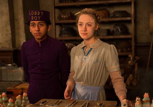 Tony Revolori (trái) và Saoirse Ronan trong một cảnh phim.