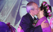 Nguyễn Ánh 9 ôm hôn vợ trong tiệc kỷ niệm 50 năm ngày cưới
