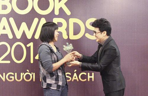 Nghệ sĩ Ưu tú Thành Lộc (phải) trao giải