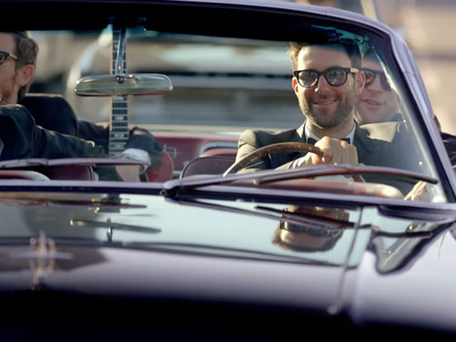 """Adam Levine cùng các thành viên của Maroon 5 lái xe khắp Los Angeles để bí mật xuất hiện tại các đám cưới, ghi hình cho MV """"Sugar""""."""