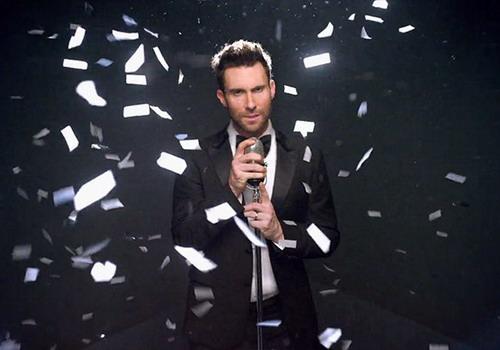 """Adam Levine trong MV """"Sugar"""". Đây là một trong những bài hát được yêu thích nhất trong album """"V""""."""