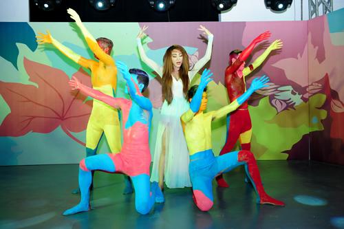 Ngân Khánh thể hiện vũ đạo với những bước nhảy điêu luyện. Khi đang hăng say biểu diễn thì đĩa nhạc bị lỗi.