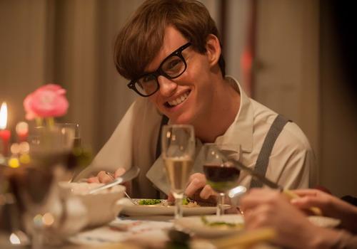 Tạo hình nhà vật lý học Stephen Hawking do nam diễn viên Eddie Redmayne đảm nhận.