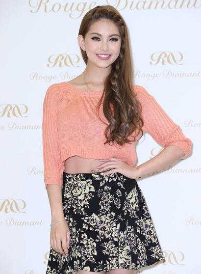Côn Lăng sinh năm 1993, có bố người Australia, mẹ người Đài Loan.