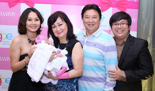 Tối 19/1, diễn viên Gia Bảo (phải) và vợ Thanh Hiền (trái) cùng tổ chức tiệc đầy tháng cho con gái Lư Ngọc Thanh Vy.