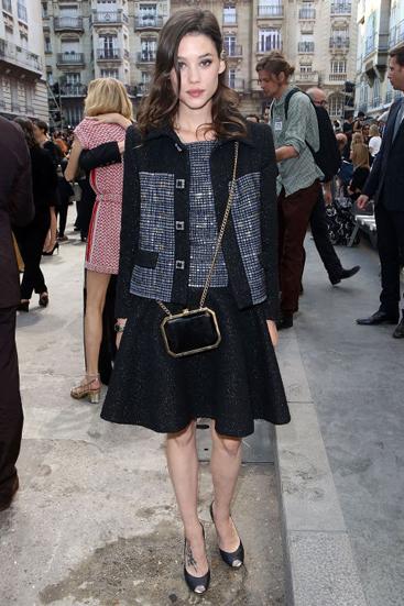 Nữ diễn viên  Astrid Berges-Frisbey cũng thu hút nhiều sự chú ý khi tới xem show của Chanel