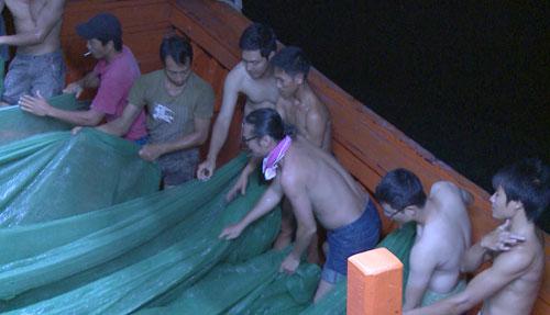 Ba nghệ sĩ tham gia lao động trên tàu không khác các ngư dân.