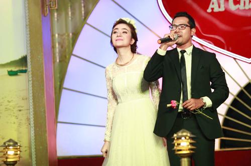 Cô dâu Ái Châu nhảy minh họa cho chú rể Huỳnh Đông hát
