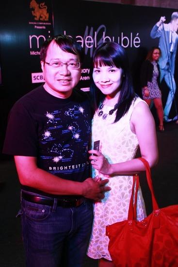 Vợ chồng nhà sản xuất chương trình âm nhạc In the Spotlight - Trần Thanh Tùng và Nguyễn Mỹ Trang - không bỏ lỡ dịp tới xem đêm nhạc của Michael Bublé khi đang ở Thái Lan.