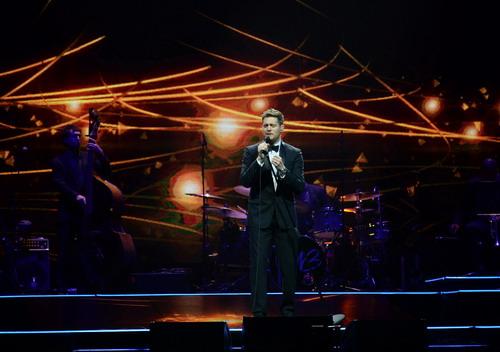 Nam ca sĩ người Canada cống hiến cho 11.000 khán giả những bản tình ca ngọt ngào. Ảnh: BEC-Tero.