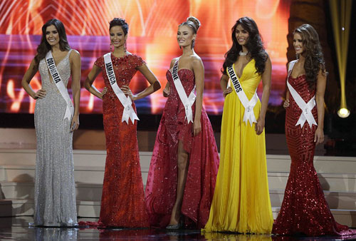 Kaci Fennell cùng Top 5 Miss Universe. Ảnh: AP.