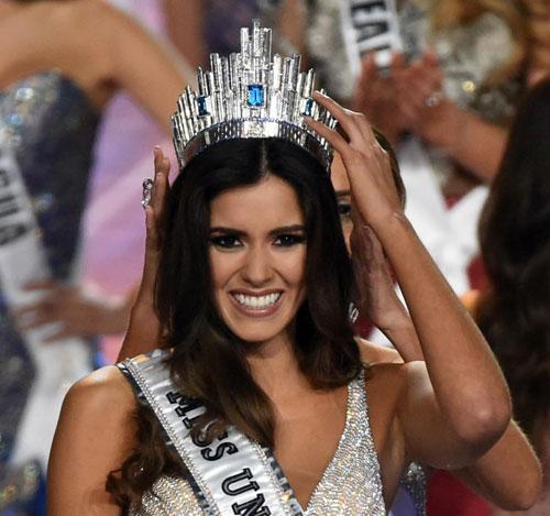 Paulina Vega khi đăng quang Hoa hậu Hoàn vũ.
